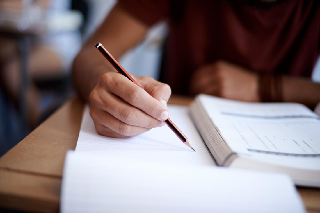 Người học, đọc sách giáo khoa và ghi chú.