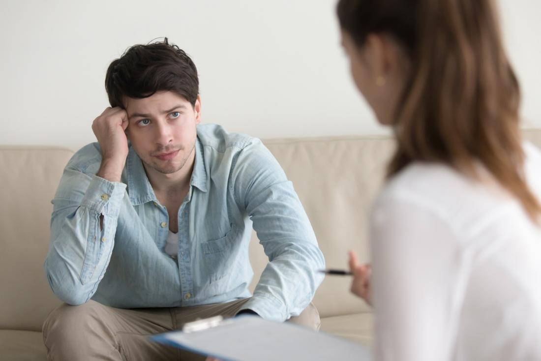 Terapeuta fêmea em uma sessão de aconselhamento com paciente do sexo masculino.