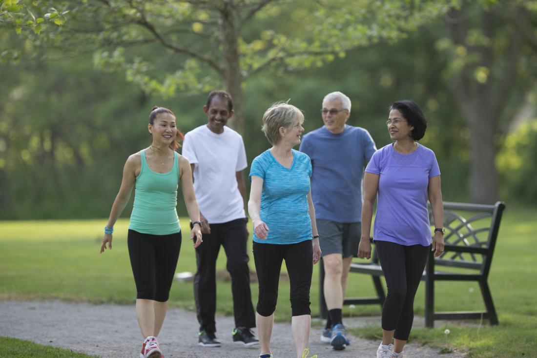gens mûrs qui marchent dans le parc