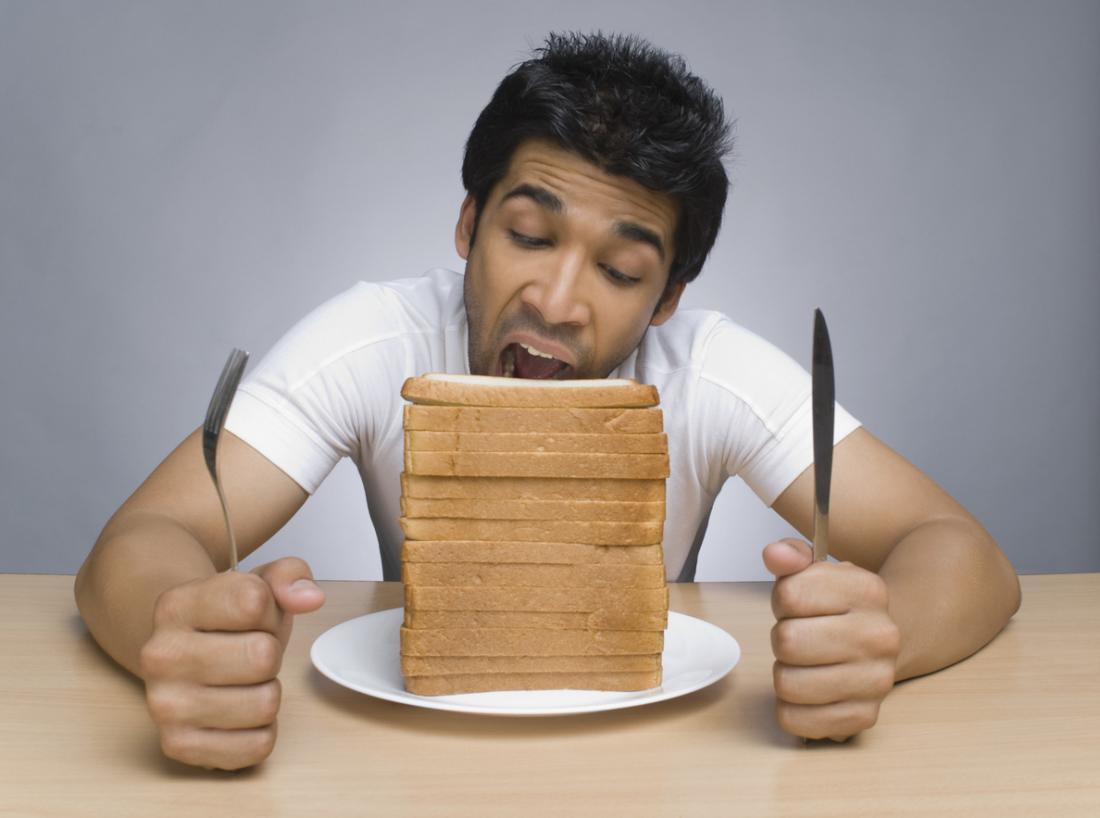 パンのスライスを食べる人