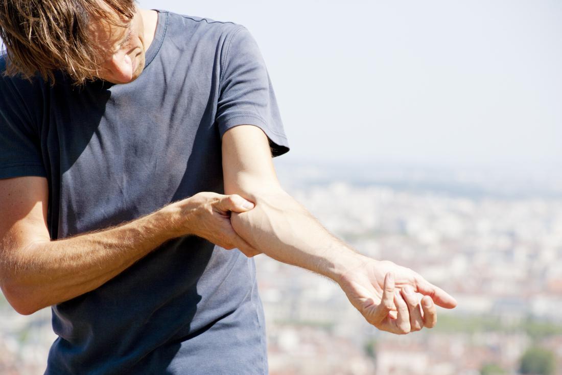Golfer Ellbogen oder Epicondylitis medialis im Arm des Mannes verursacht Schmerzen.