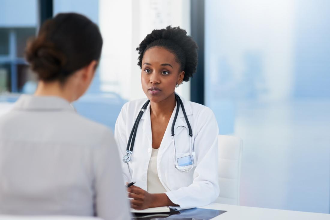 女性患者と話す医者