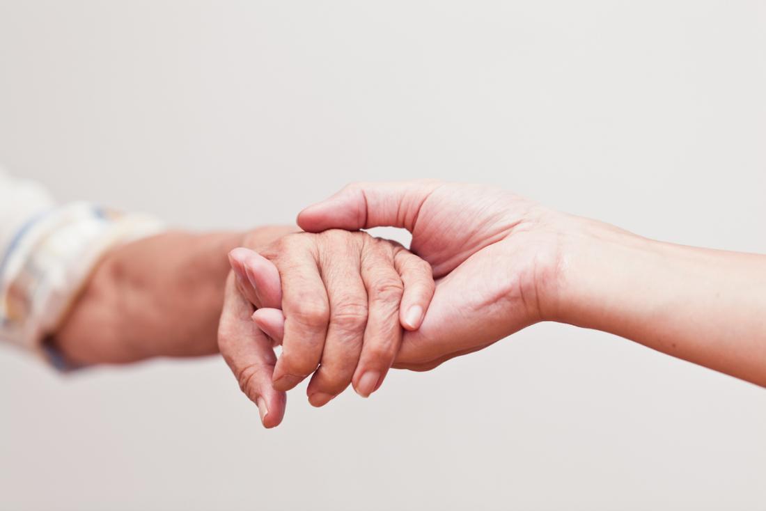 dare supporto tenendosi per mano