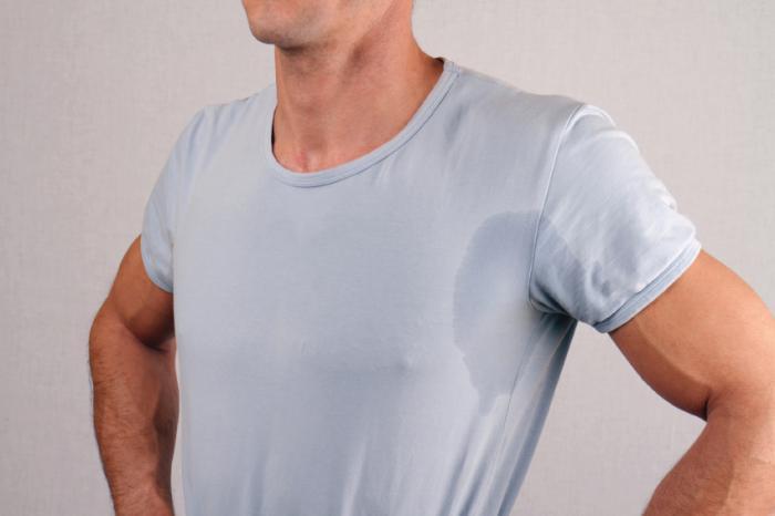 [Homem suado de camisa cinza]