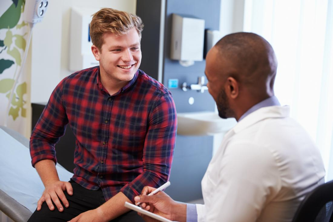 Homme consultant un médecin