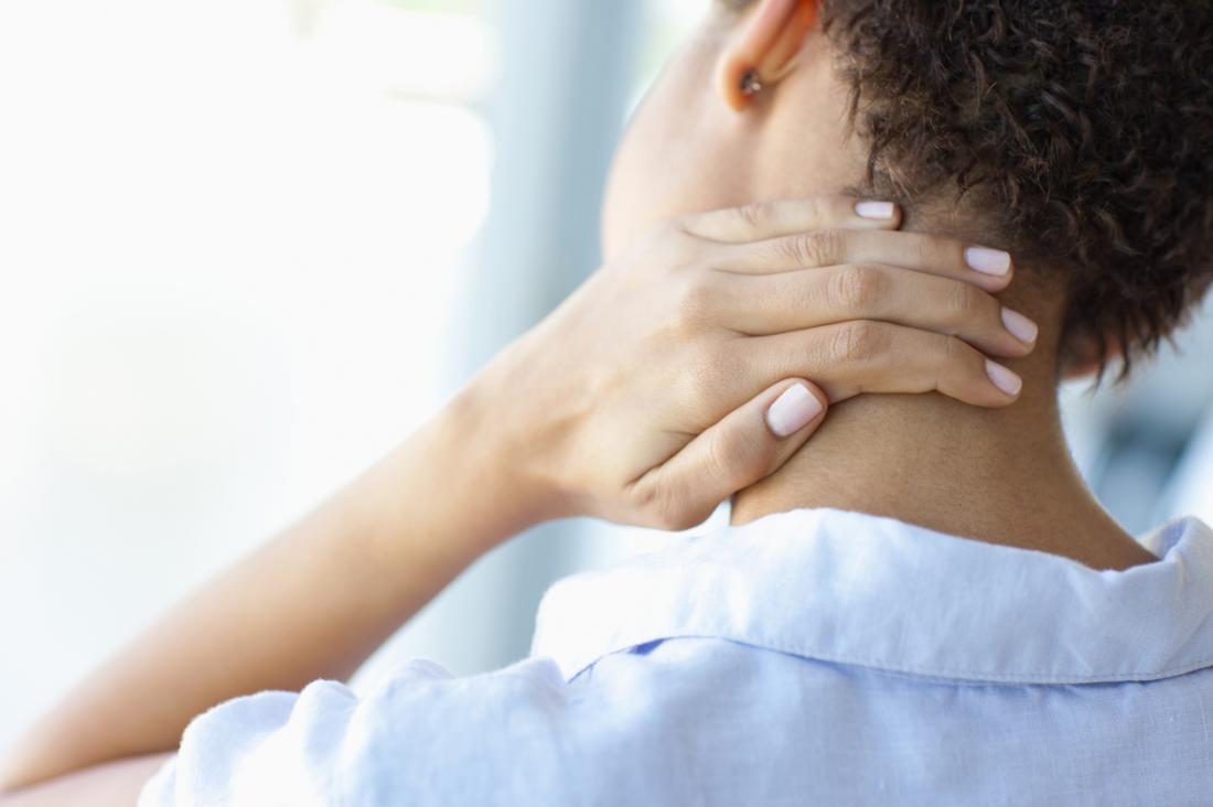 Kadının boynunu ağrıyor ve ağrıları ağrıyor.