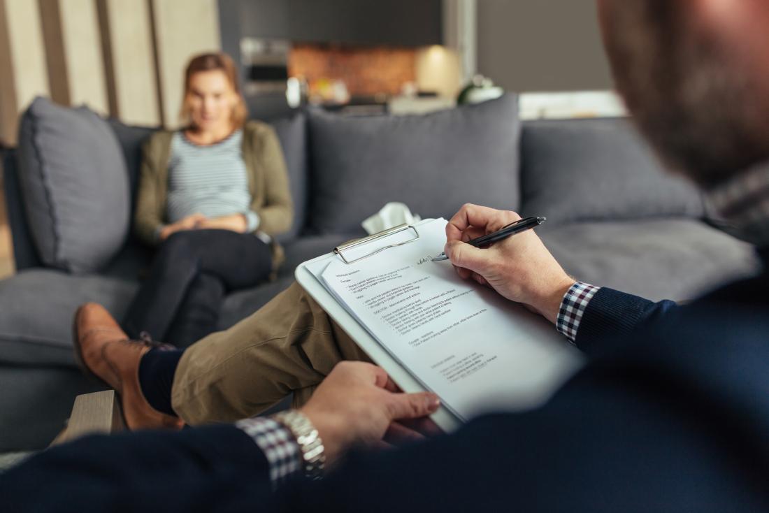 Психолог по време на терапевтична сесия с пациентка