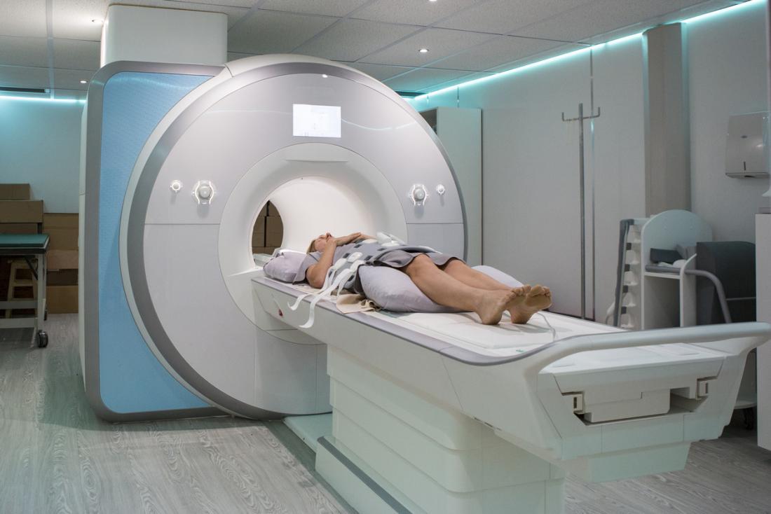 eine Dame in einem MRI-Scanner