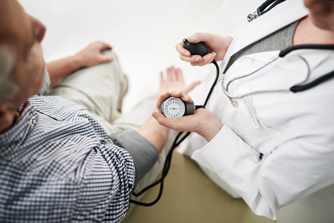 Измерване нивото на кръвното налягане.