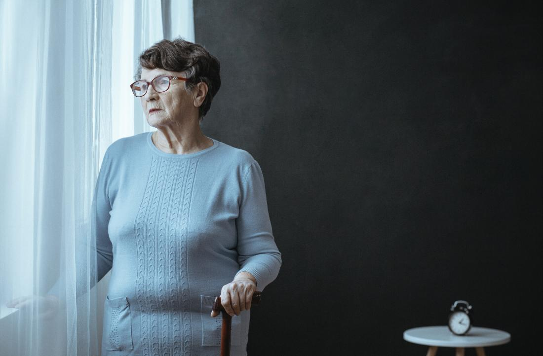 parkinsonsism bir pencereden dışarı bakarak yaşlı bayan