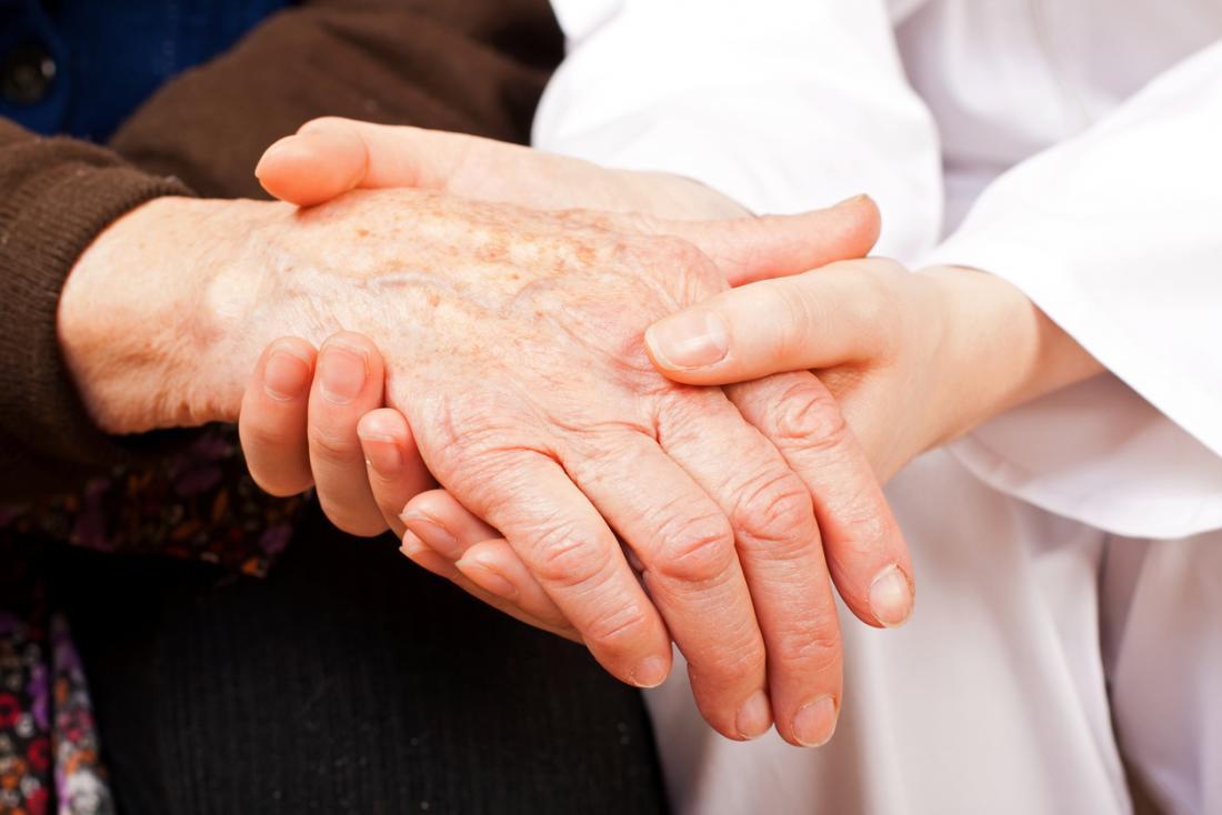 Ръката на страдащия от полиартрит се държи от лекар.