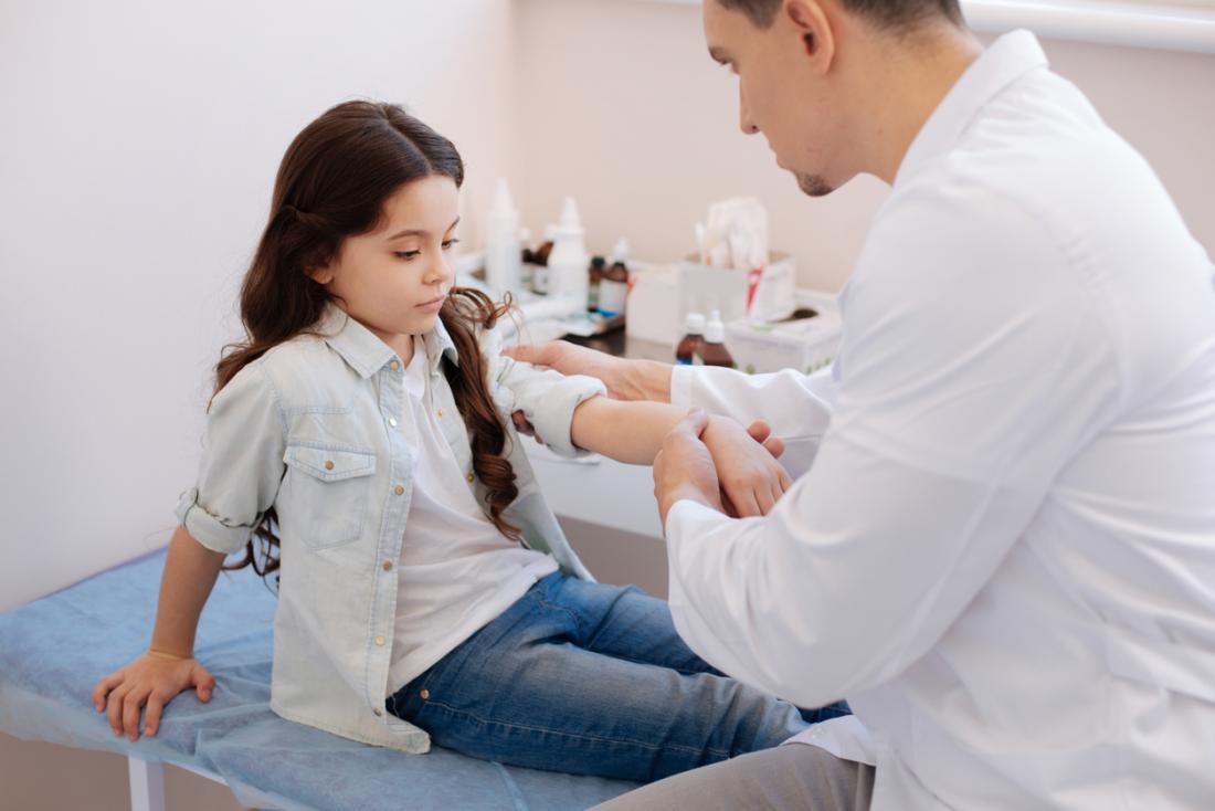 Детето на лекаря, имащо стави, се е изследвало, за да оцени риска от младежки артрити.