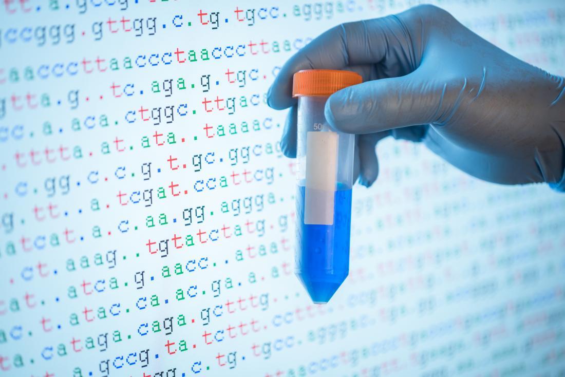 Genetische Tests, die durch eine DNA-Probe vor dem Bildschirm mit der Code-Sequenz angezeigt werden.