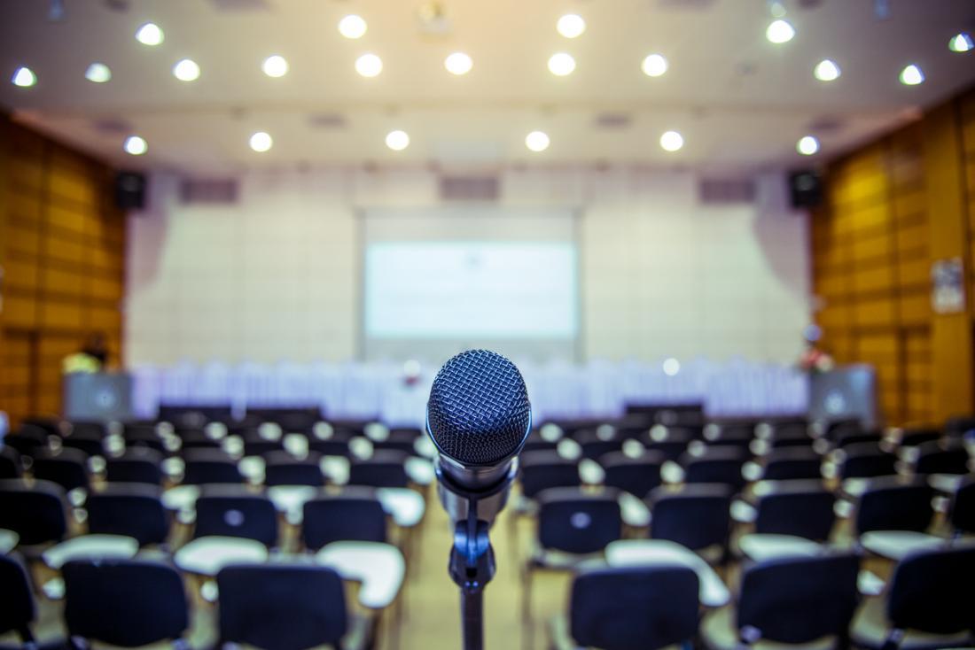 Микрофон в конферентната зала за публично изказване.