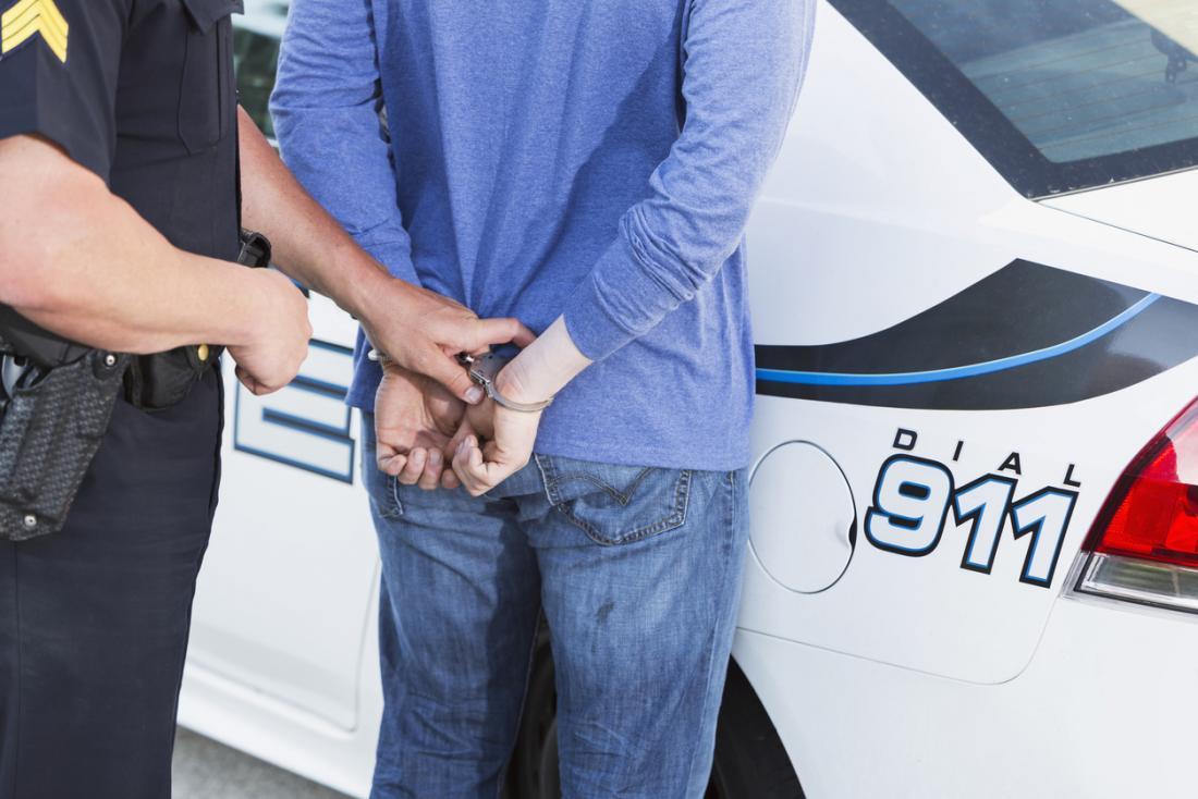 Person wird von der Polizei verhaftet.