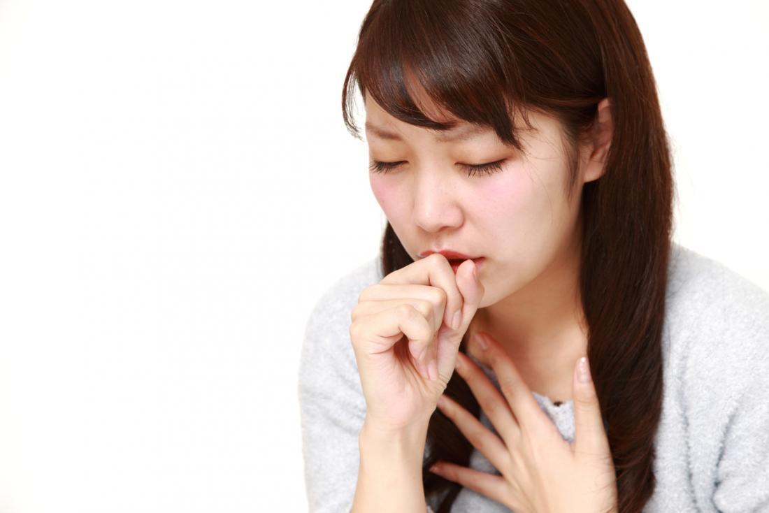 女性は手に咳をする。