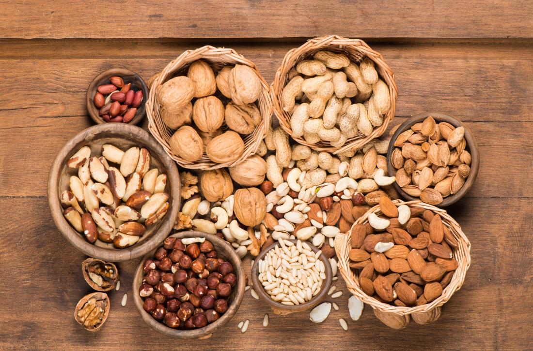 Steatorrhea - verschiedene Nüsse auf einem Holztisch