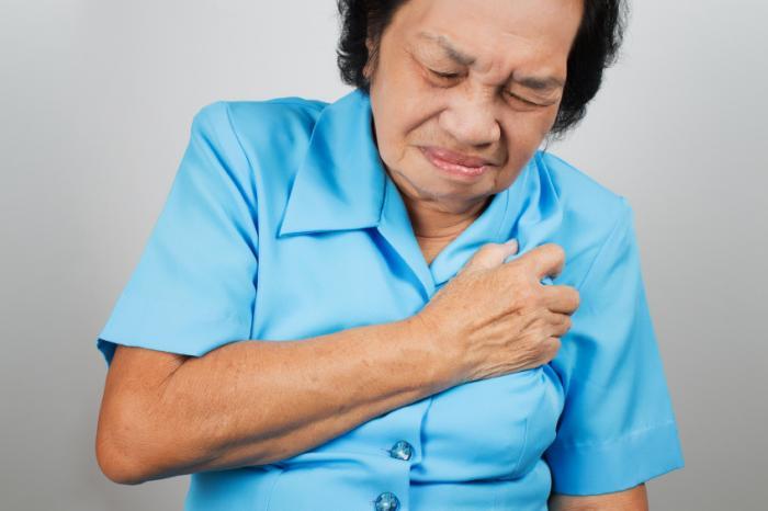 Uma mulher mais velha está com dor no peito.