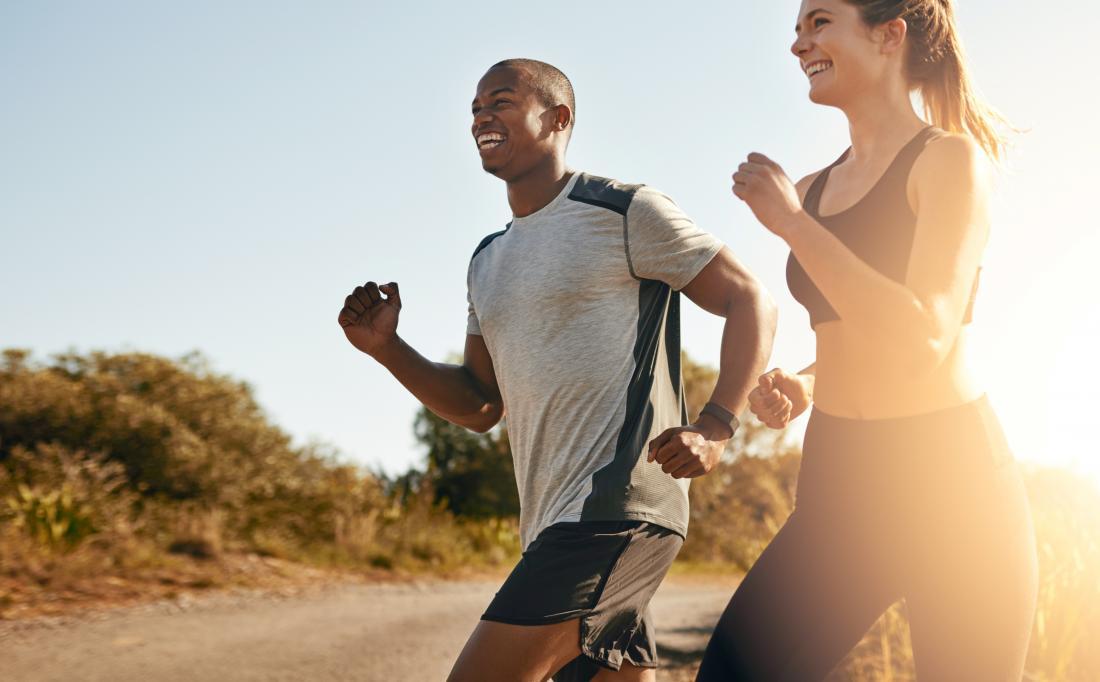 мъж и жена бягат