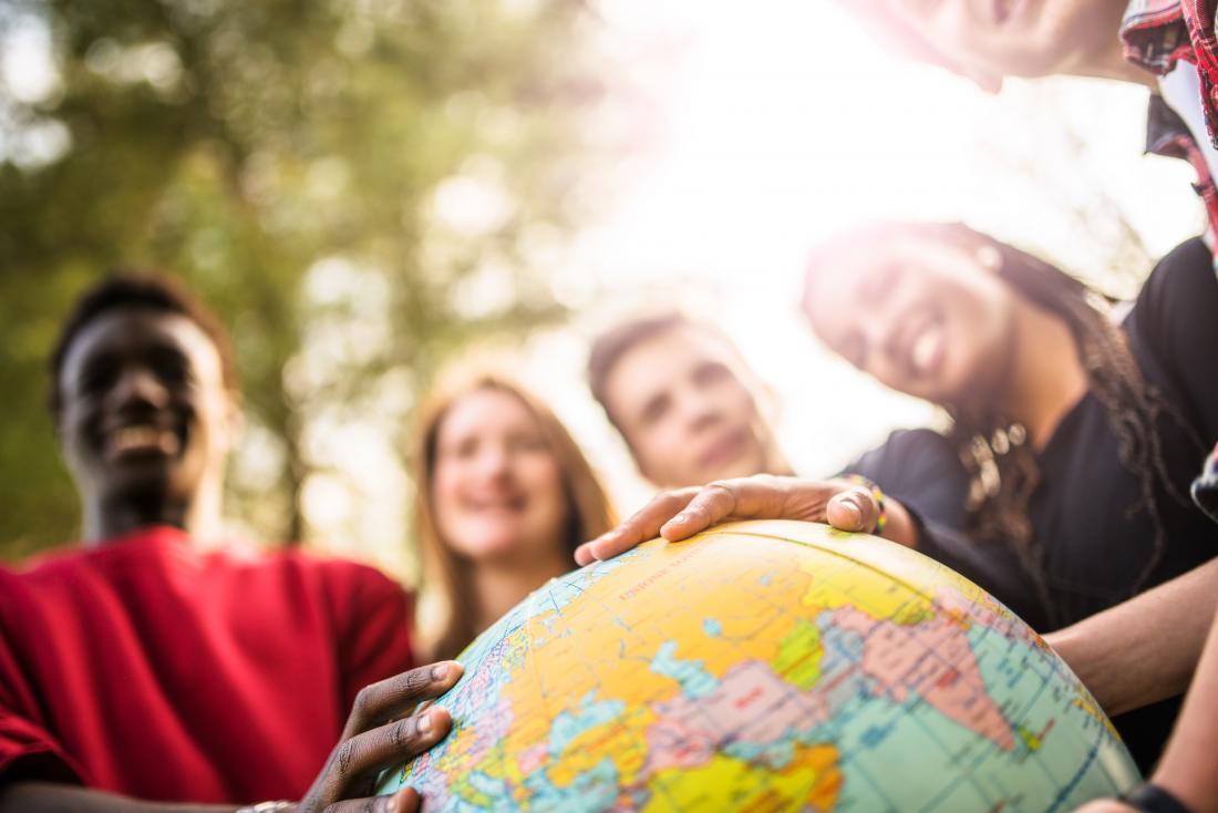 jovens que olham o globo que calcula a altura média para mulheres
