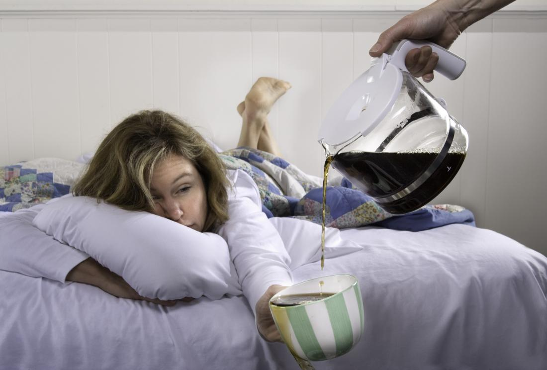 yatakta kahve ayıklamak için yardımcı olabilecek kadın