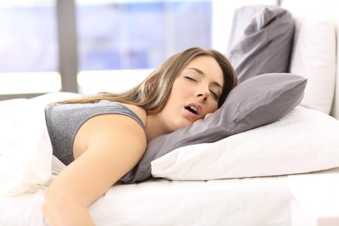 Frau schläft im sabbernden Bett