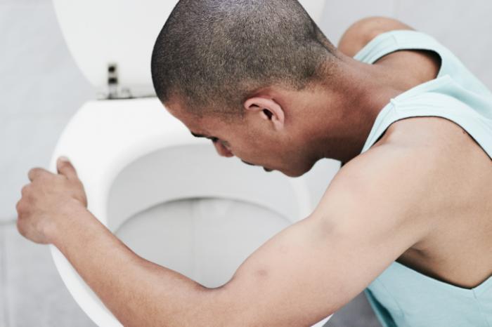 [човек повръщаше в тоалетната]