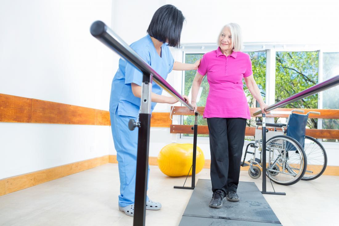 Старши дама, работеща с физически терапевт