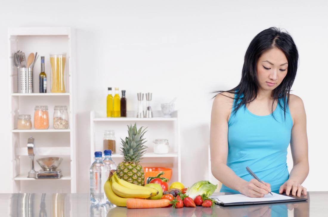 Frau schreiben Ernährungsplan