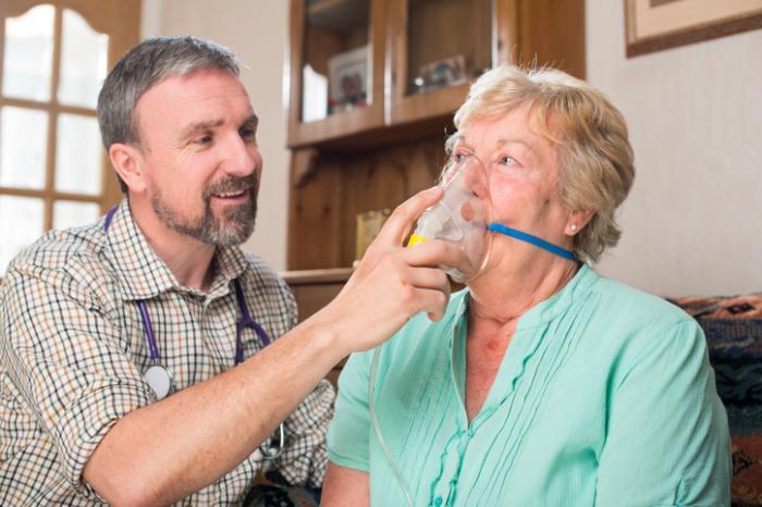 Sauerstofftherapie, die von einem Arzt an einem Patienten verabreicht wird