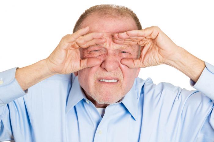 Един по-възрастен човек примигва.