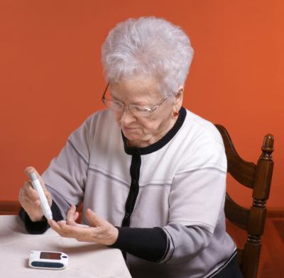 Една по-възрастна жена проверява нивата на кръвната си захар.