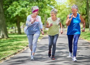 По-възрастните хора се движат в парка
