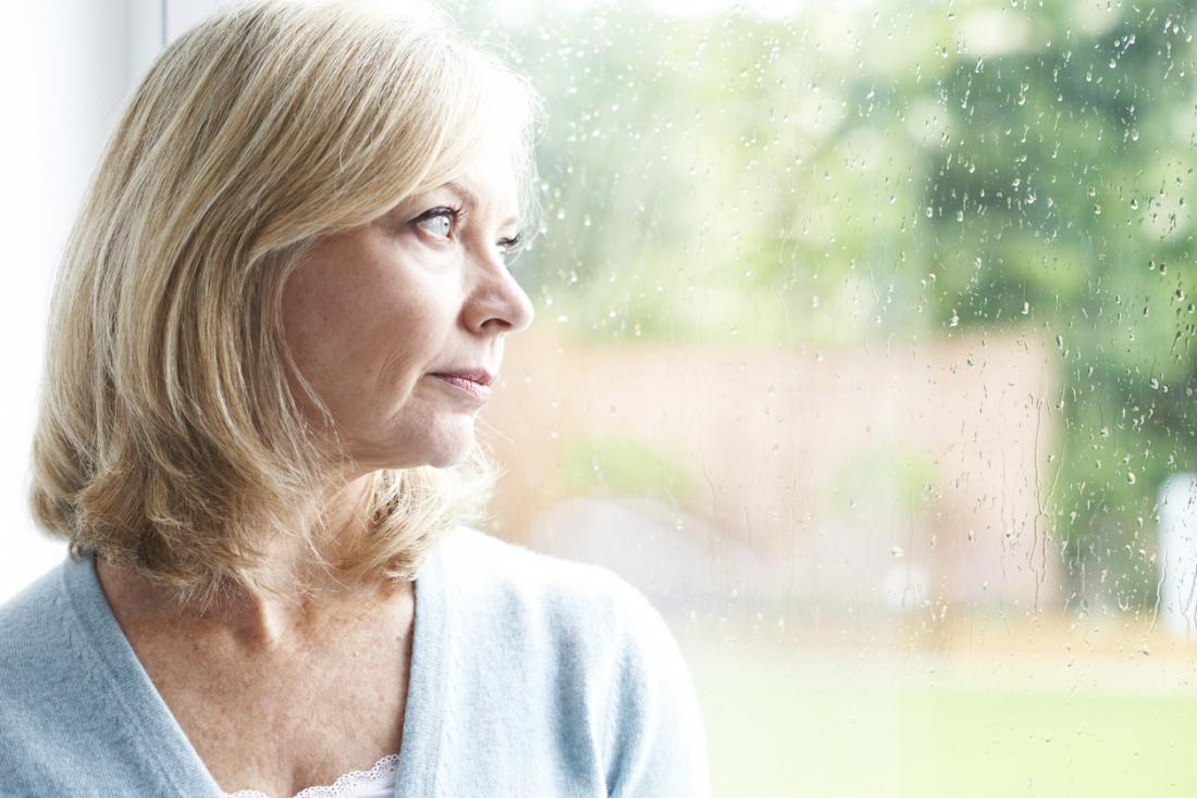 ältere Dame, die beunruhigt schaut