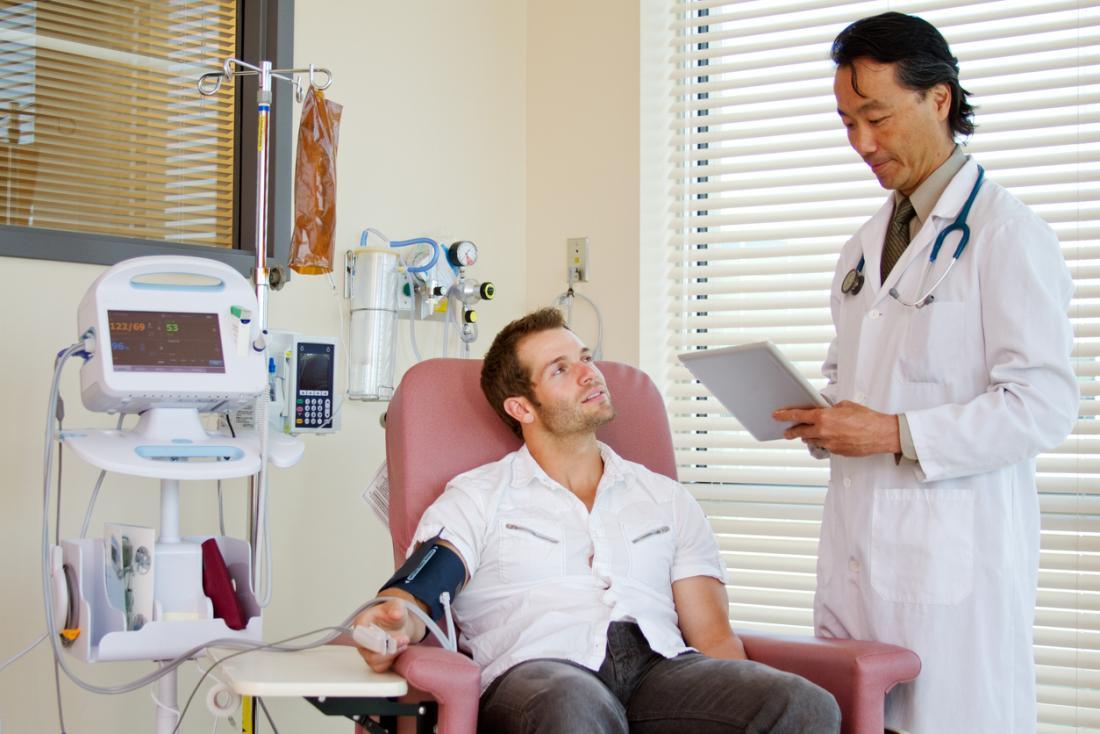 Patient, der Chemotherapie mit Doktor hat.