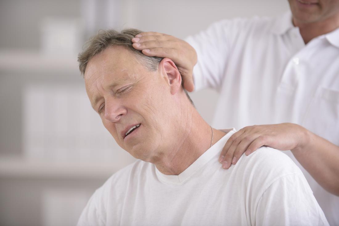 Homem, tendo, quiroprático, ajustar, seu, cabeça, e, pescoço