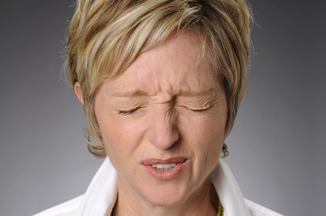 I sintomi di Tourette includono frequenti lampeggi, scuotimento della testa o schiarimento della gola.