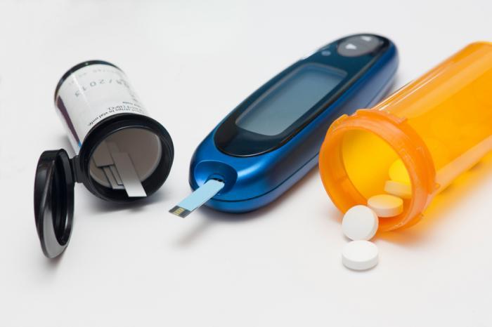 Два глюкомери и някои медикаменти за диабет.