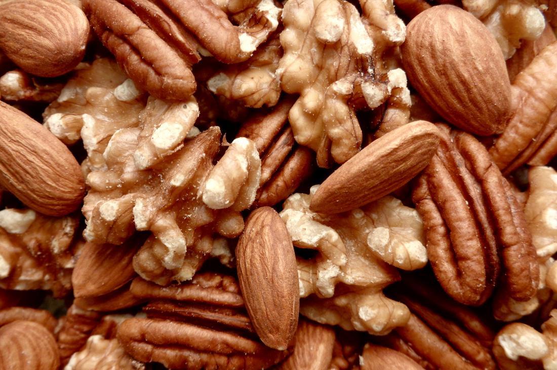 Орехи, бадеми и пекани се натрупват.