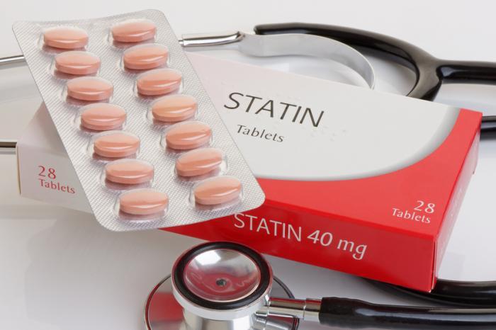 um pacote de estatinas e um estetoscópio