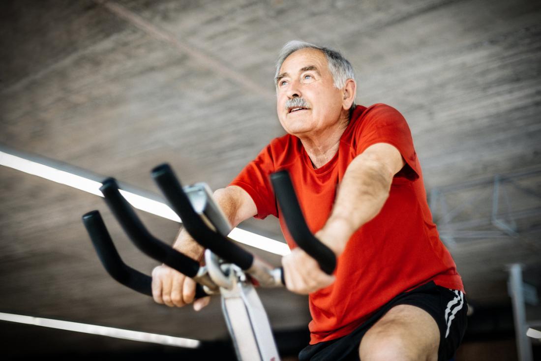 Homem velho, ligado, bicicleta exercício