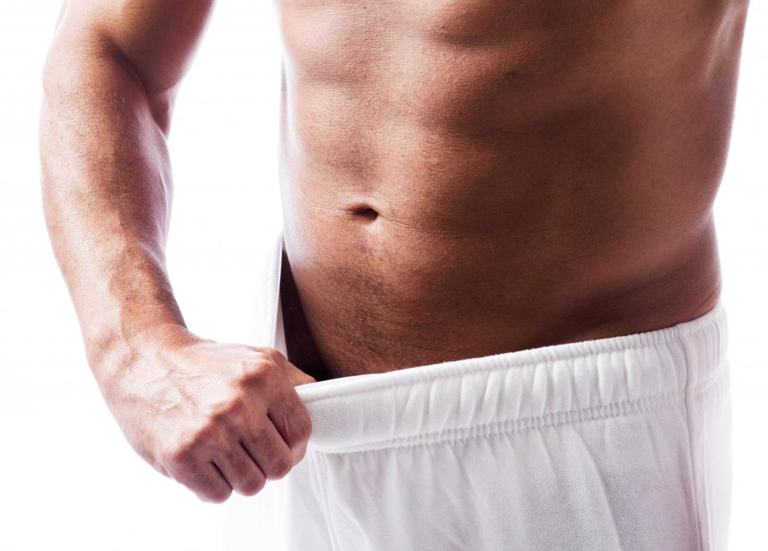 homme shorts d'ouverture pour inspecter s'il a un bouton sur le pénis