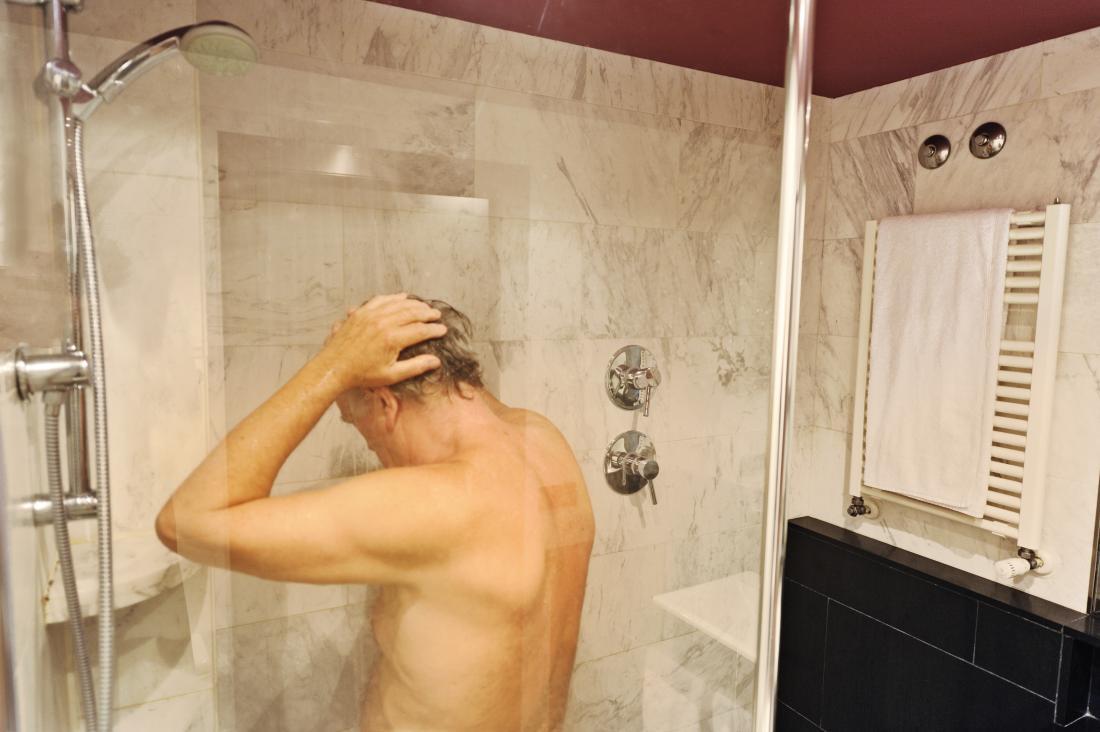 Homme plus âgé dans la douche