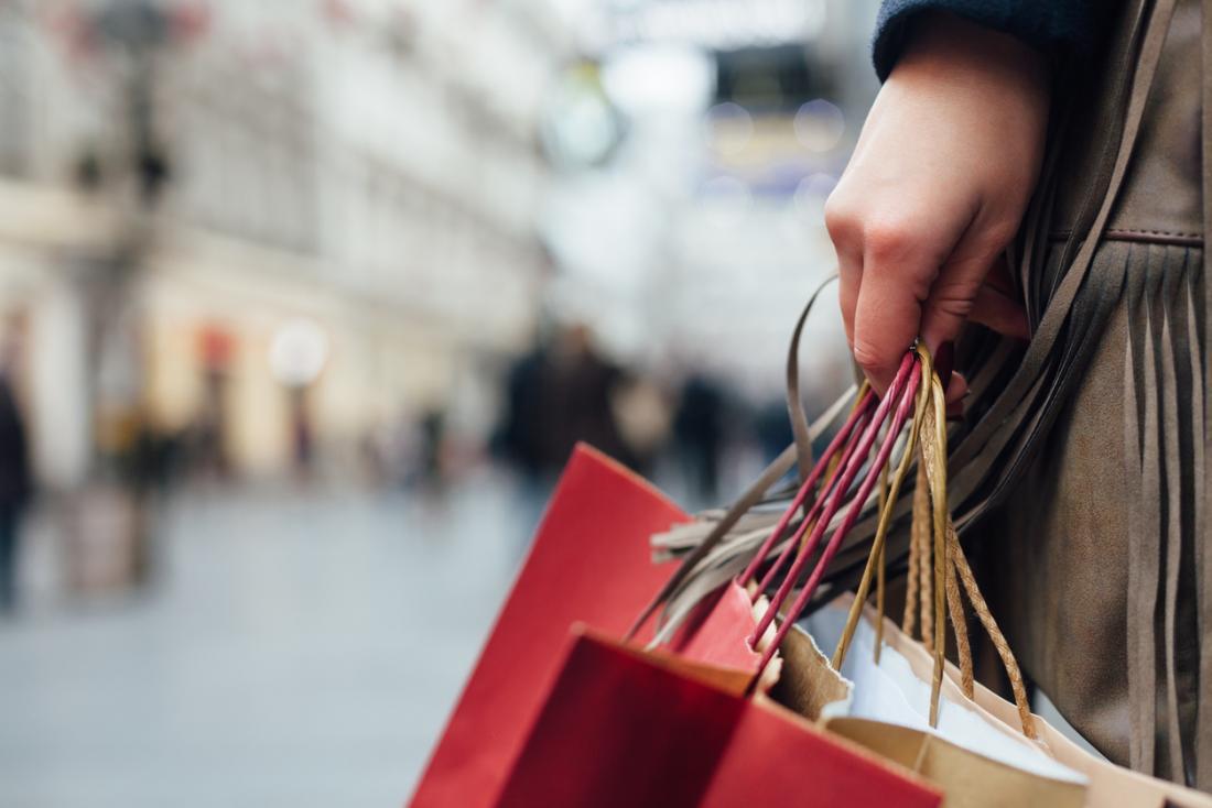 Durante um episódio maníaco, uma pessoa pode se envolver em comportamentos de risco, como gastar quantias excessivas de dinheiro.