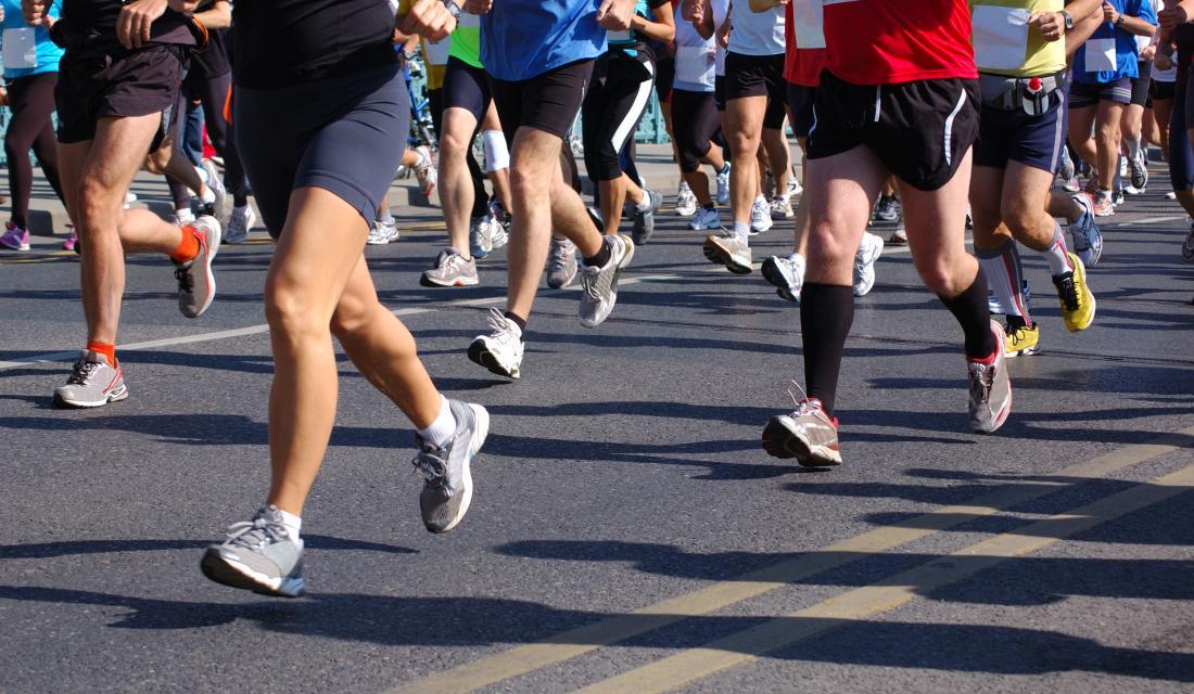 маратонски бегачи, гледани от кръста надолу