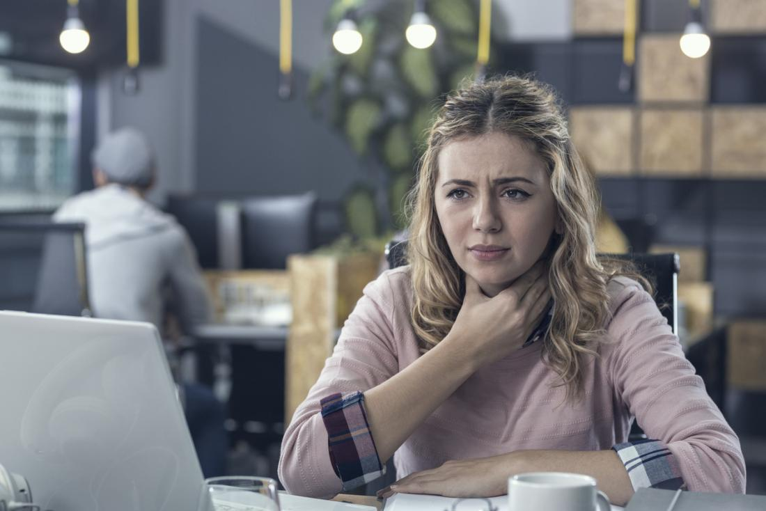 仕事中の喉の痛みを伴う女性。