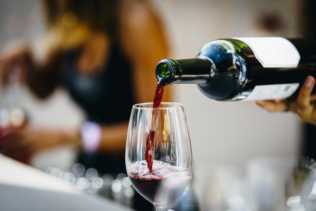 赤ワインは歯の茶色の斑点の原因になることがあります