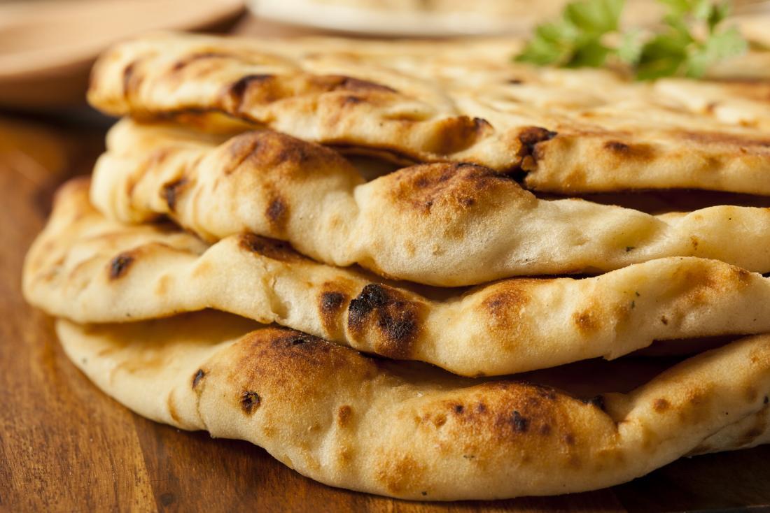 Ein Stapel Naan-Brot, das Teil einer ballaststoffarmen Diät sein kann