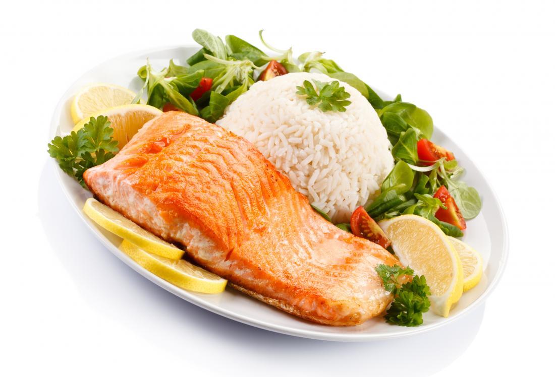 Lachs, weißer Reis und Gemüse werden für eine ballaststoffarme Ernährung empfohlen