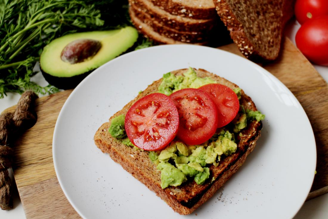 Авокадо и домати на пълнозърнест и пълнозърнест препечен хляб.